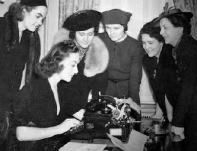 1938 at the Waldorf with NYC newspaperwomen.