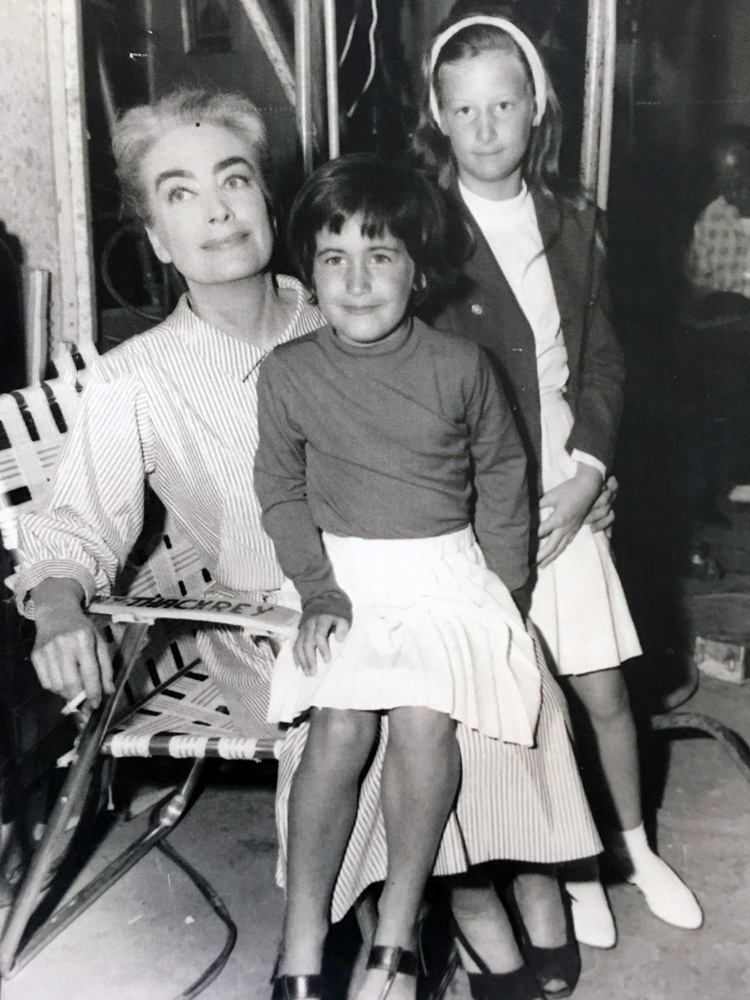 On the set of 'Strait-Jacket' with William Castle's daughters Terry and Georgie.