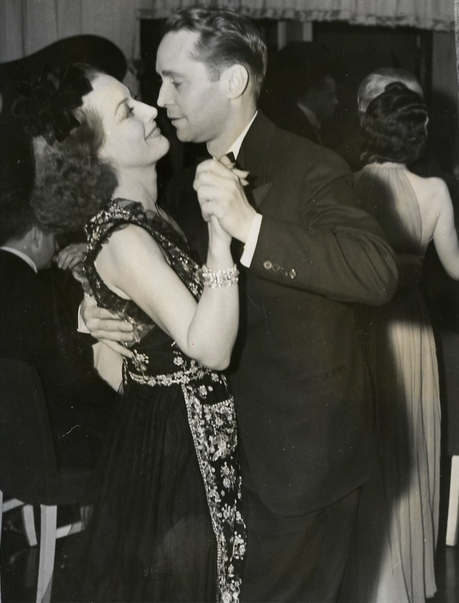 March '39. With Franchot Tone in NYC, celebrating the eve of their divorce. (Thanks to Susanne.)